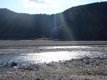 熊野川を照らす陽光